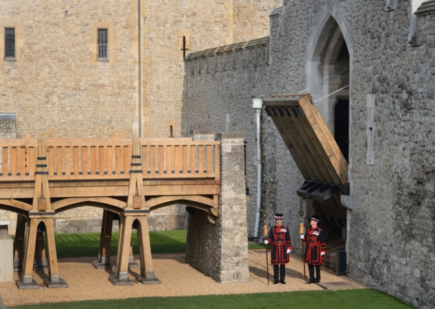 puente con guardianes