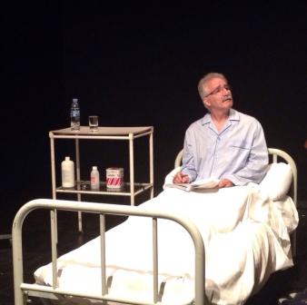 Actor de  A TRAZOS reflexionando con la lectura