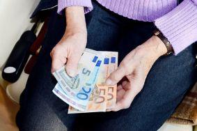 raha euro vanhus seniori eläkeläinen eläke seteli seteleitä